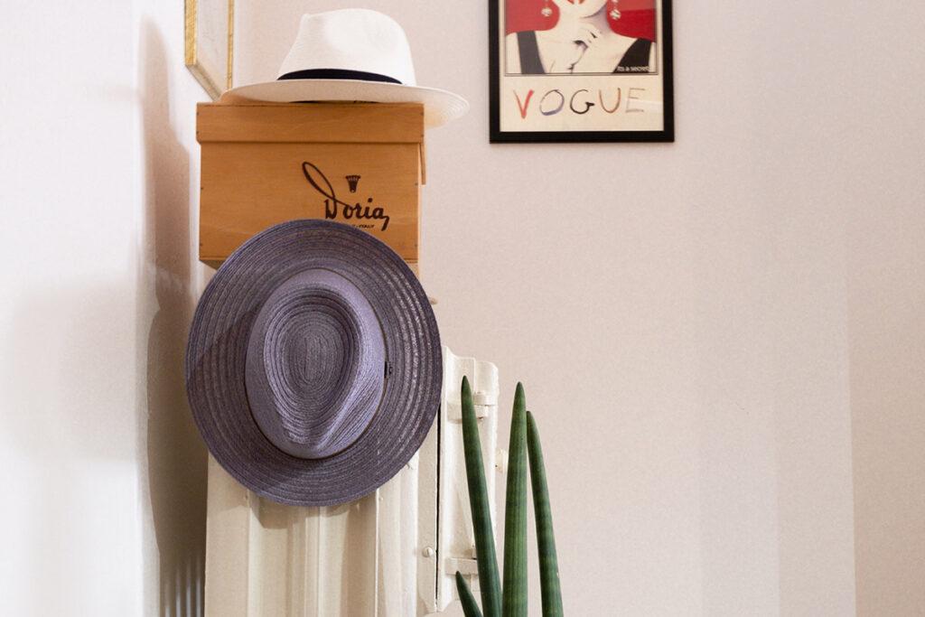 Angolo showroom con antico termosifone in ghisa barocco e cappelli Doria modello Panama