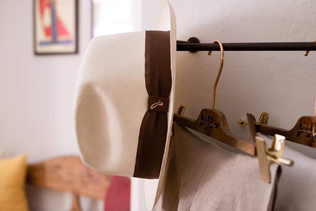 Cappello Doria in fibra di carta con banda gros grain con sfondo showroom