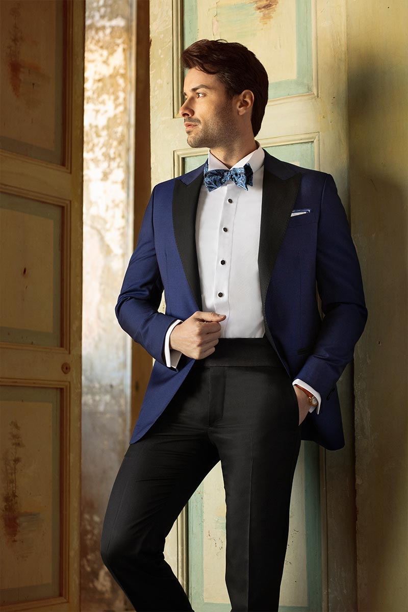Smoking sposo blu con contrasti neri, camicia diplomatica e papillon seta