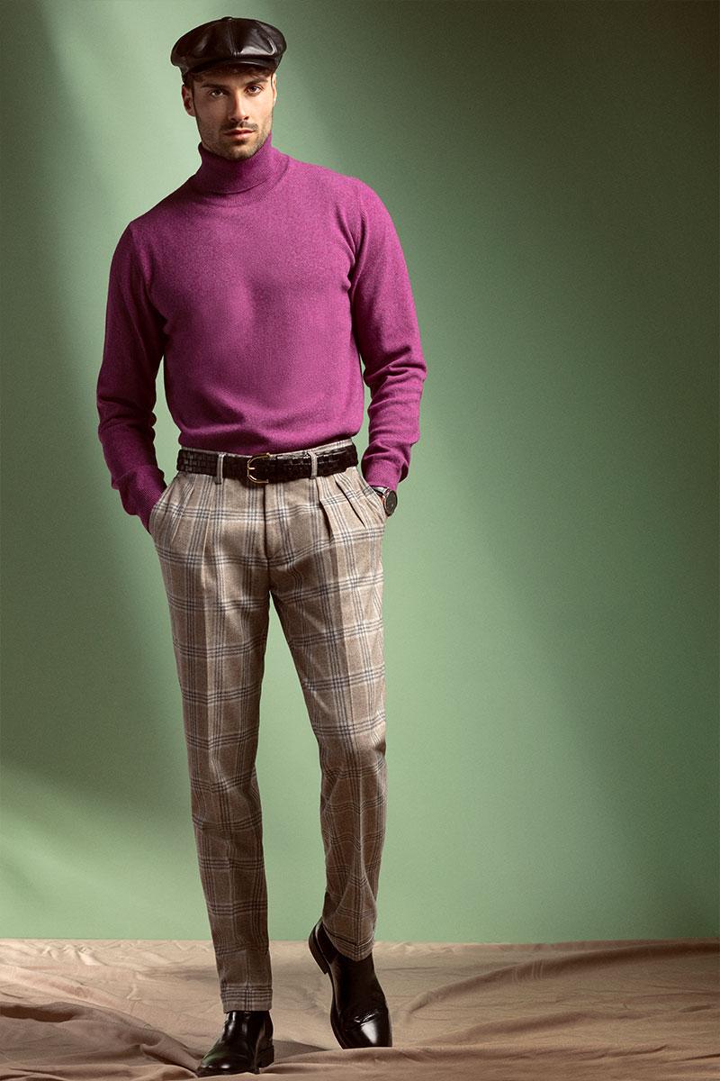Outfit autunno inverno con coppola pelle nera, dolcevita ametista merinos, pantaloni Principe di Galles beige con pinces