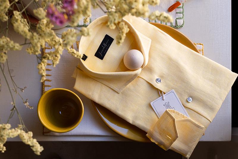 Camicia puro lino gialla con fiori gialli e ceramiche salentine senape