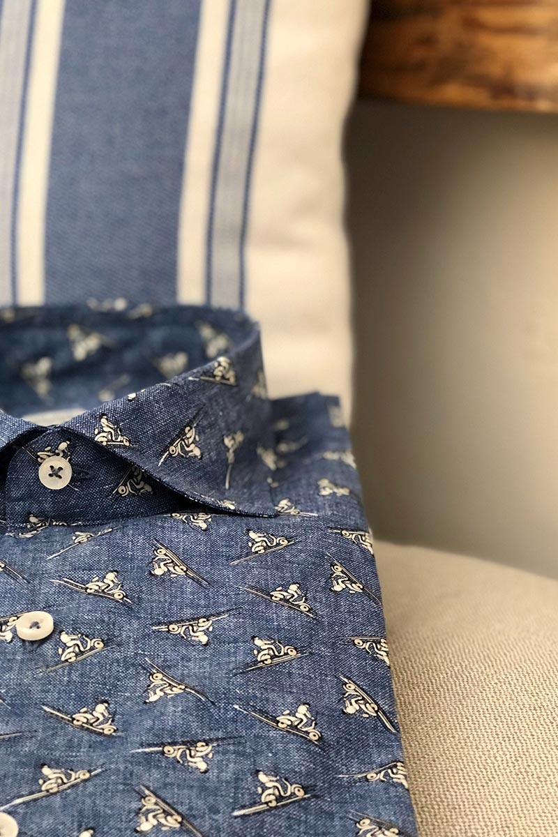 Camicia cotone collo francese blu con stampa vespe su cuscino a righe bianco ed azzurro