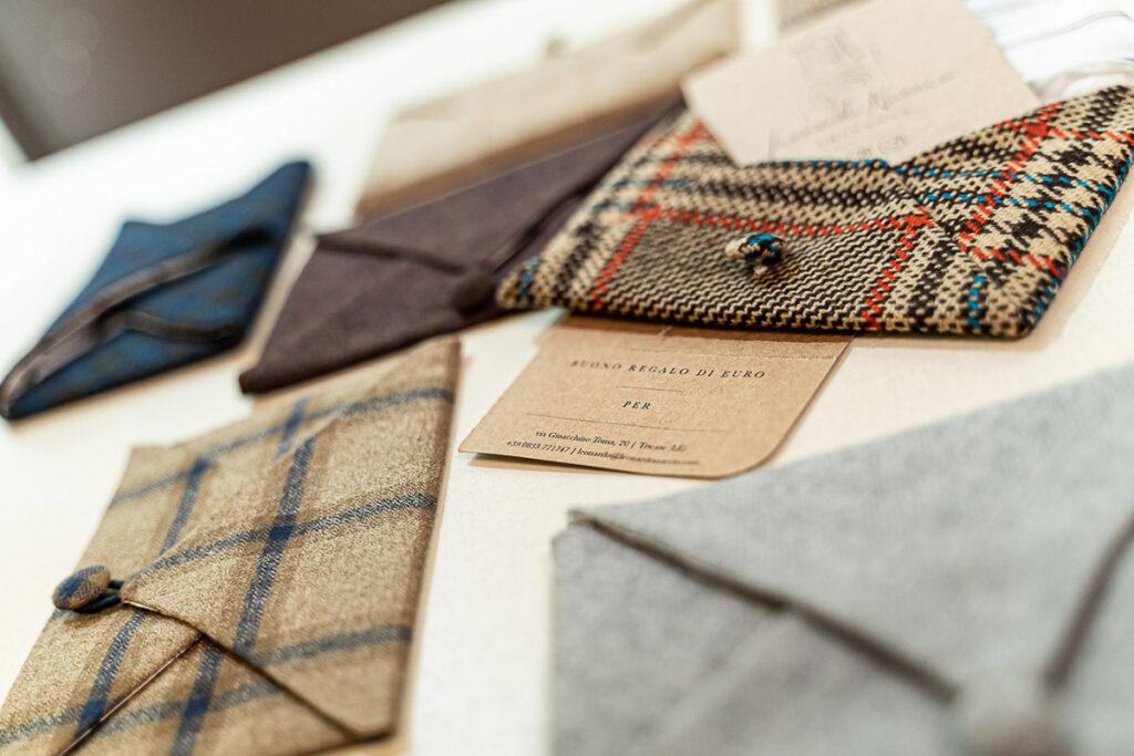 Bustine in tessuto artigianali diversi colori e cartoncini da inserire all'interno per buono regalo