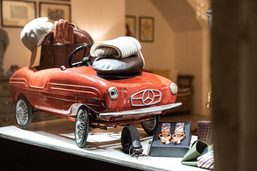 Vetrina natalizia con piccola Mercedes in latta antica e idee regalo uomo Leonardo Nuccio Showroom