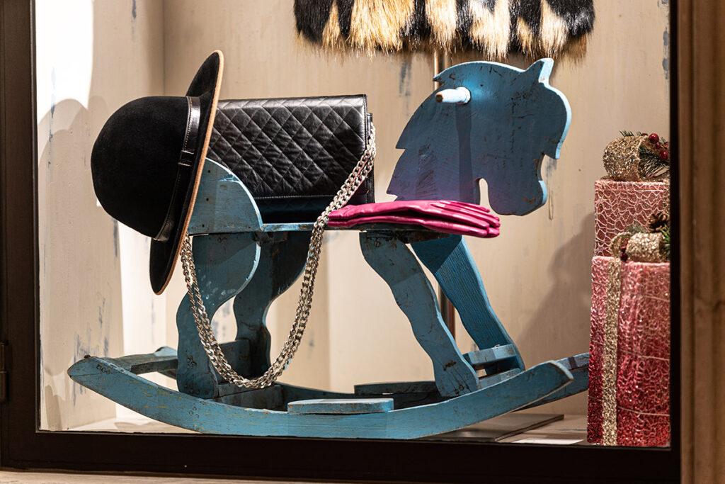 Cavalluccio a dondolo antico in legno con sopra alcune idee regalo donna Leonardo Nuccio Showroom