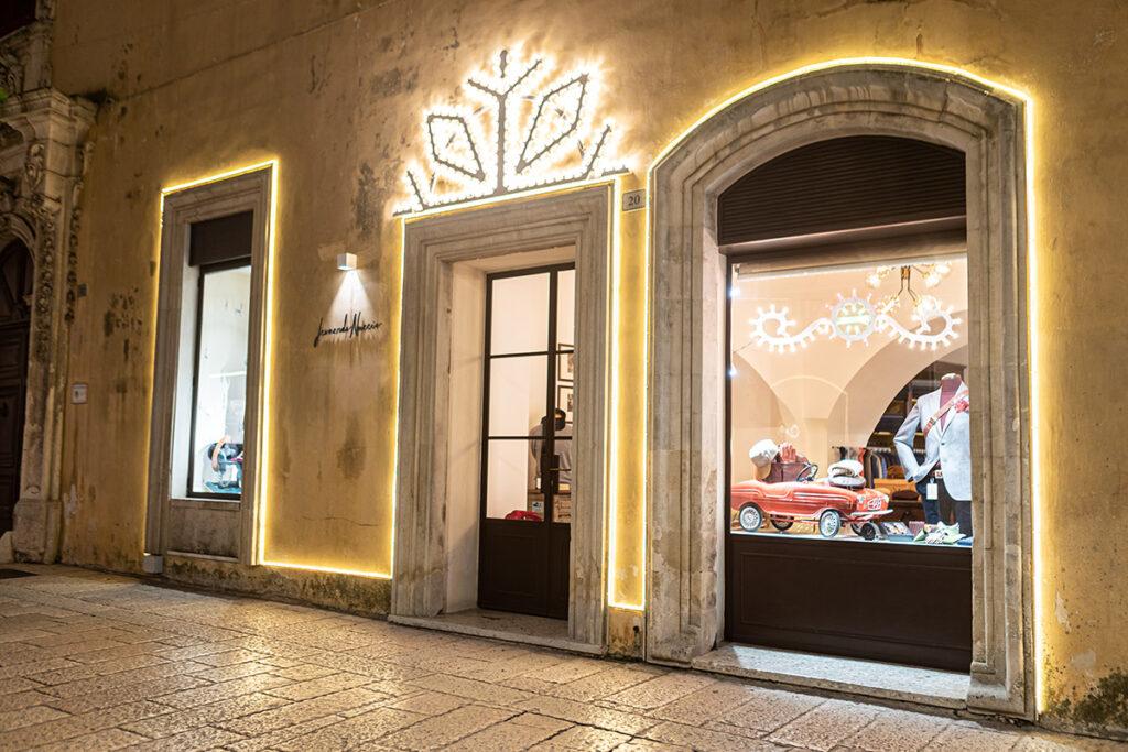 Vetrina natalizia Leonardo Nuccio Showroom con luminaria salentina