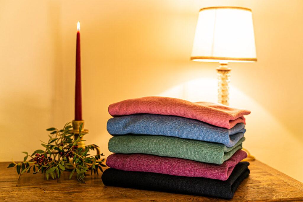 Maglioni girocollo lana e cashmere diversi colori con atmosfera natalizia