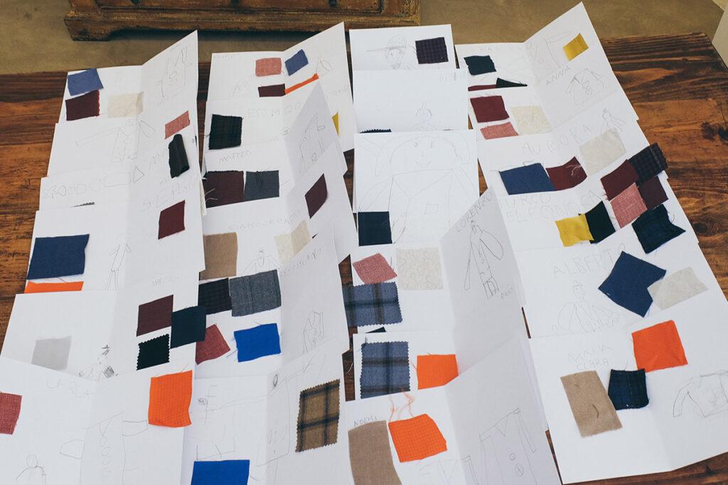 Foto di tutte le cartoline realizzate dai bambini con i loro disegni e tessuti