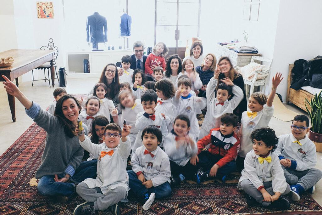 Foto finale bambini con staff showroom e maestre