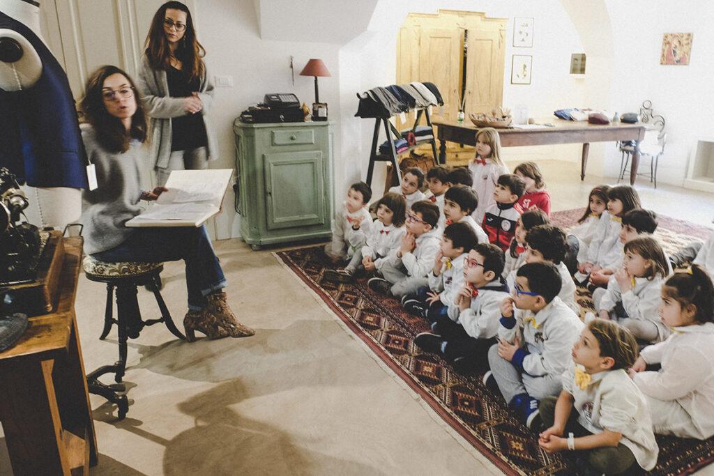 Vanessa Nuccio e Melissa Nuccio durante lezione sulla sartoria ai bambini della Fondazione Tommaso Caputo