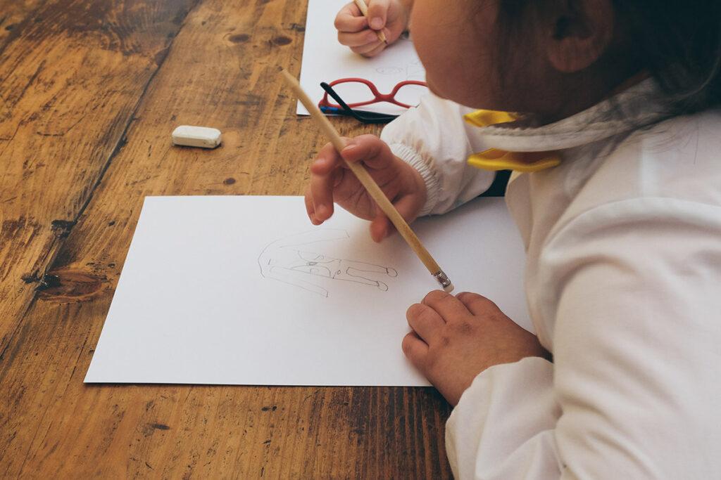 Zoom su bambina che disegna giacca per la festa del papà