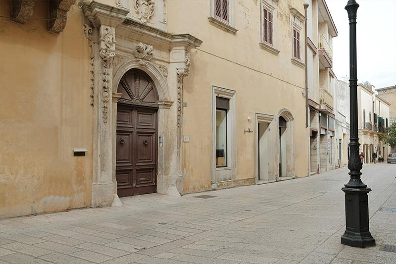 Palazzo Caputo Tricase con portone di ingresso barocco e vetrine Leonardo Nuccio Showroom