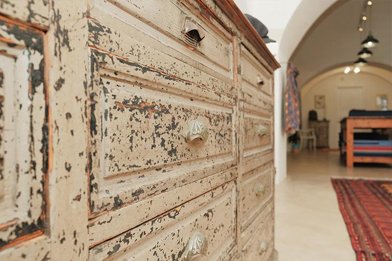 Dettaglio cassettiera antica in showroom