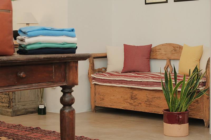 Nicchia Leonardo Nuccio showroom con cassapanca e tavolo antichi